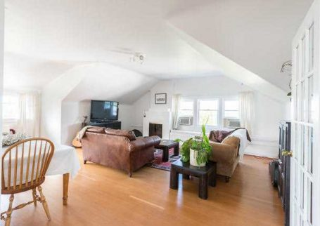 Fully Furnished spectacular 2 BR Top floor house ready for rent in North Vancouver, Boulevard